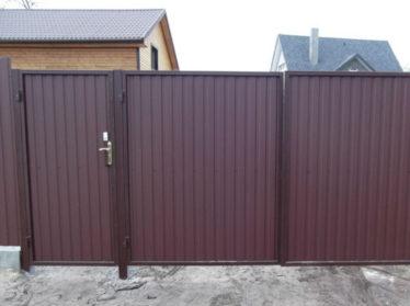 забор из профнастила с распашными воротами и калиткой